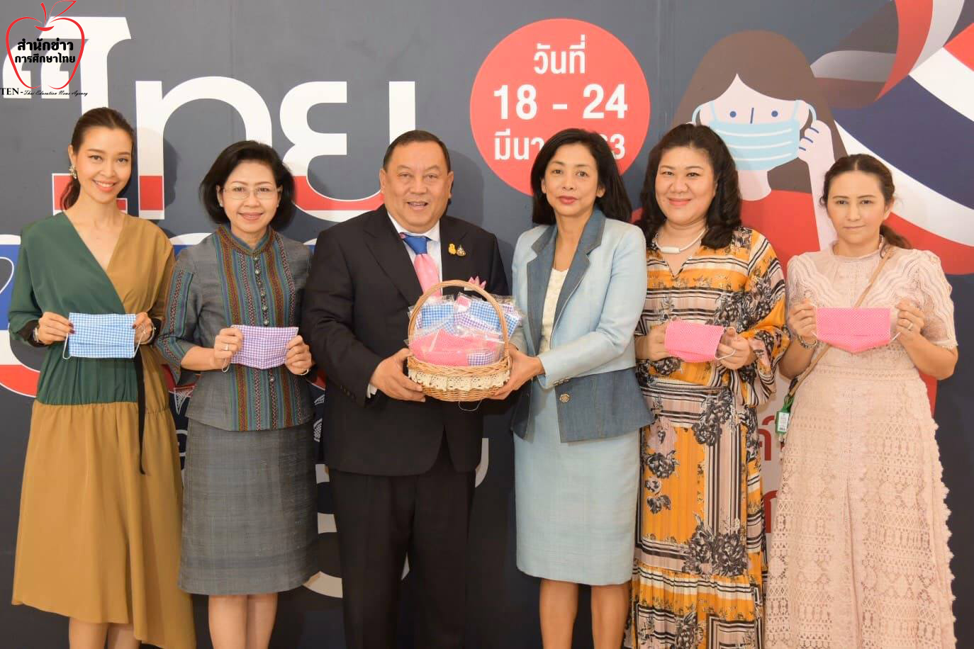 รมว.พม. เชิญชวนประชาชน ร่วมทำหน้ากากผ้าไว้ใช้เอง ฟรี ที่สยามพารากอน